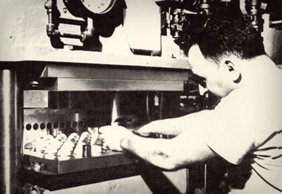 1945 첫번째 자동 몰딩 기계를 설치하다.